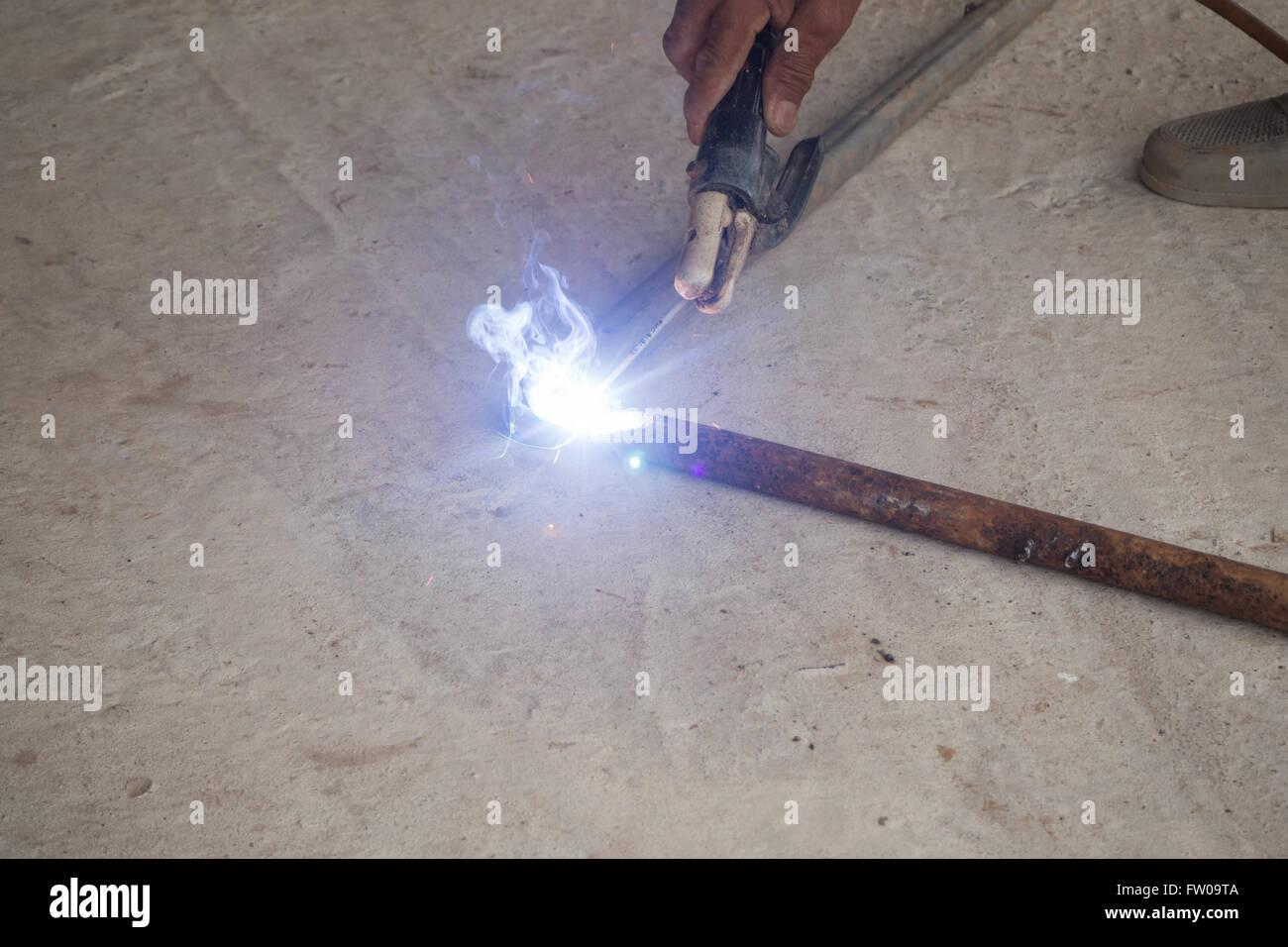 Ferro de soldar simples com luz azul e fumaça Imagens de Stock