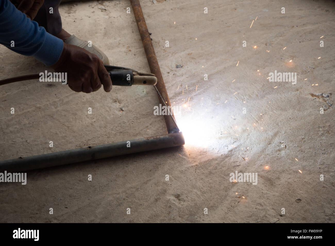 Ferro de soldar simples com luz brilhante e fumaça Imagens de Stock