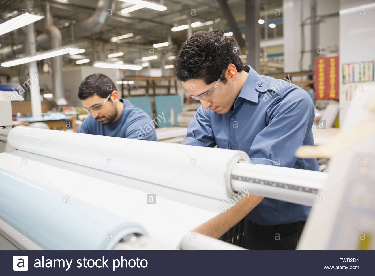 Trabalhadores no depósito de fabricação de metal Imagens de Stock