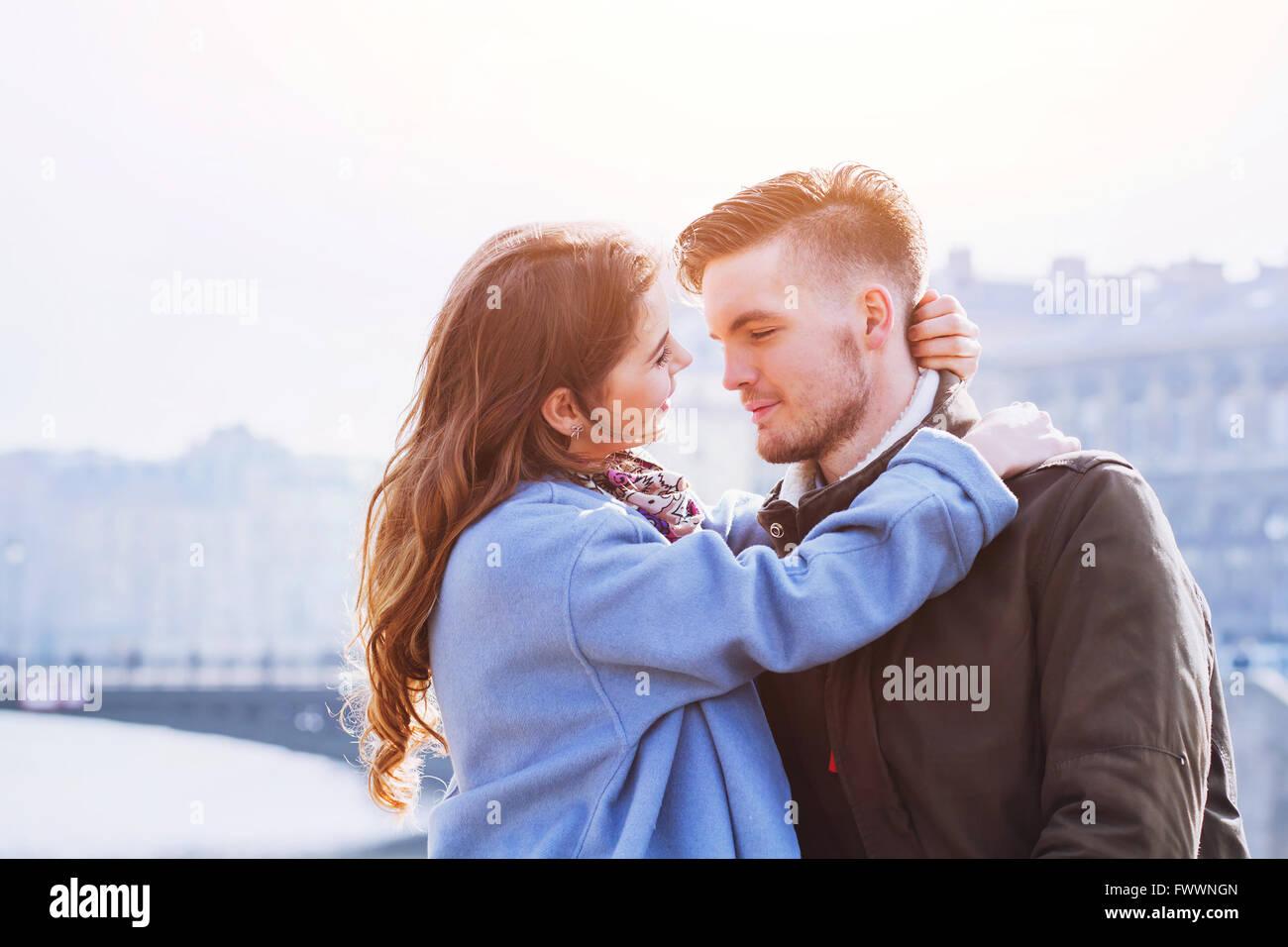 Afectuosa casal, retrato de jovens feliz o homem e a mulher, amor na cidade Imagens de Stock