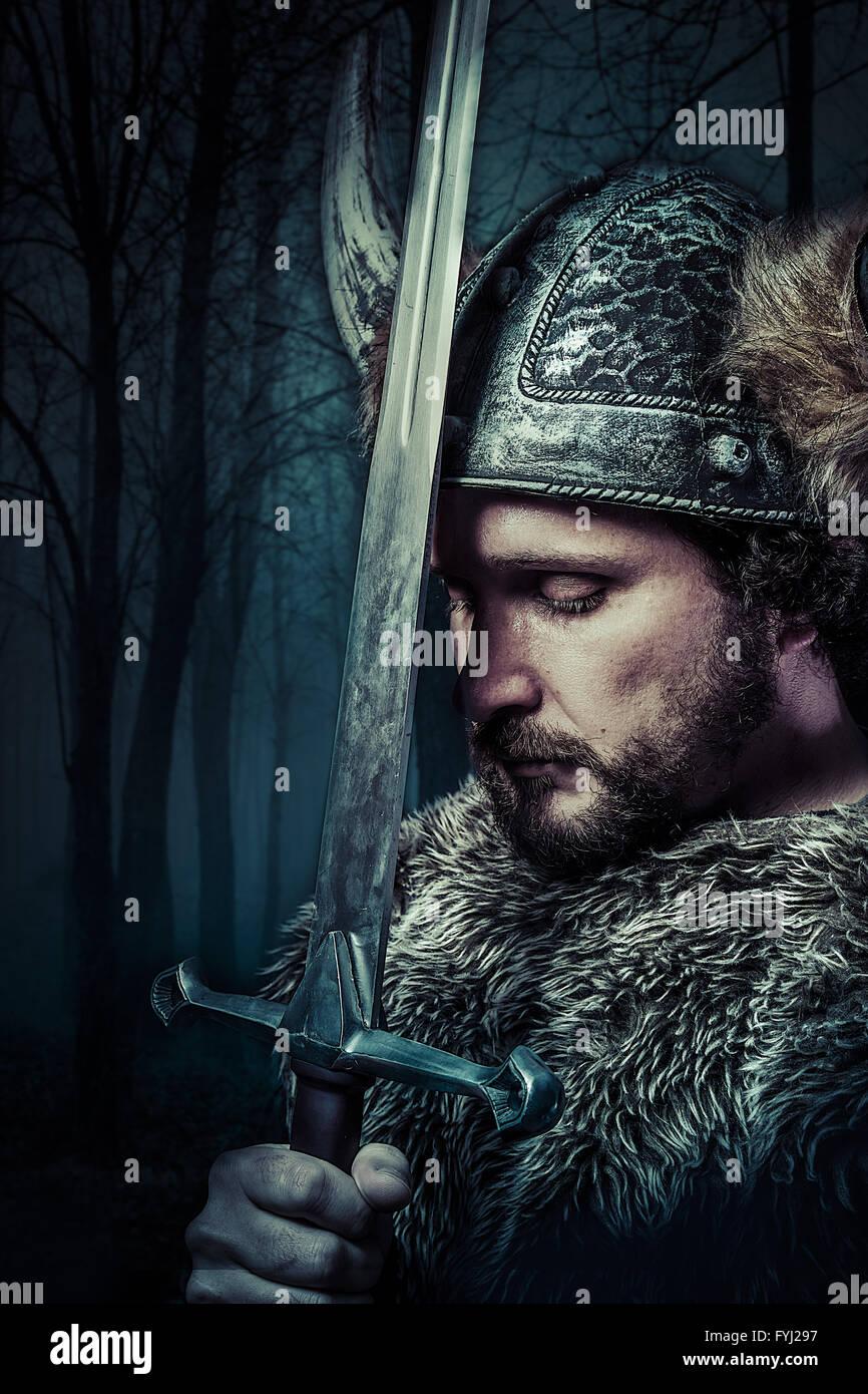 Paz, guerreiro Viking, sexo masculino vestido de estilo Bárbaro com espada e barbudo Imagens de Stock