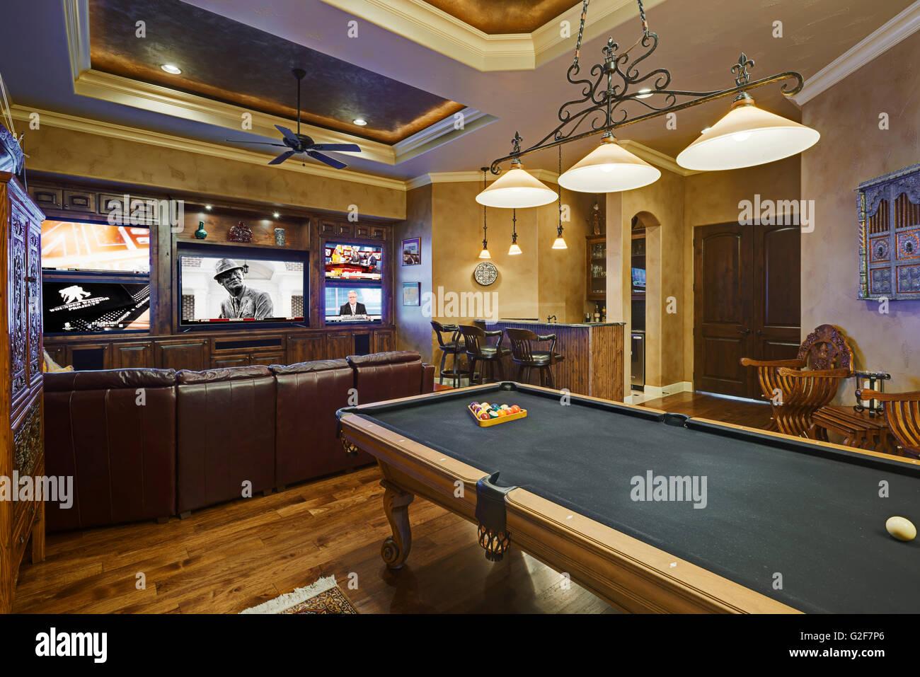 Sala De Jogos Com Mesa De Bilhar E Tv De Tela Plana Foto Imagem De  -> Sala De Tv E Jogos