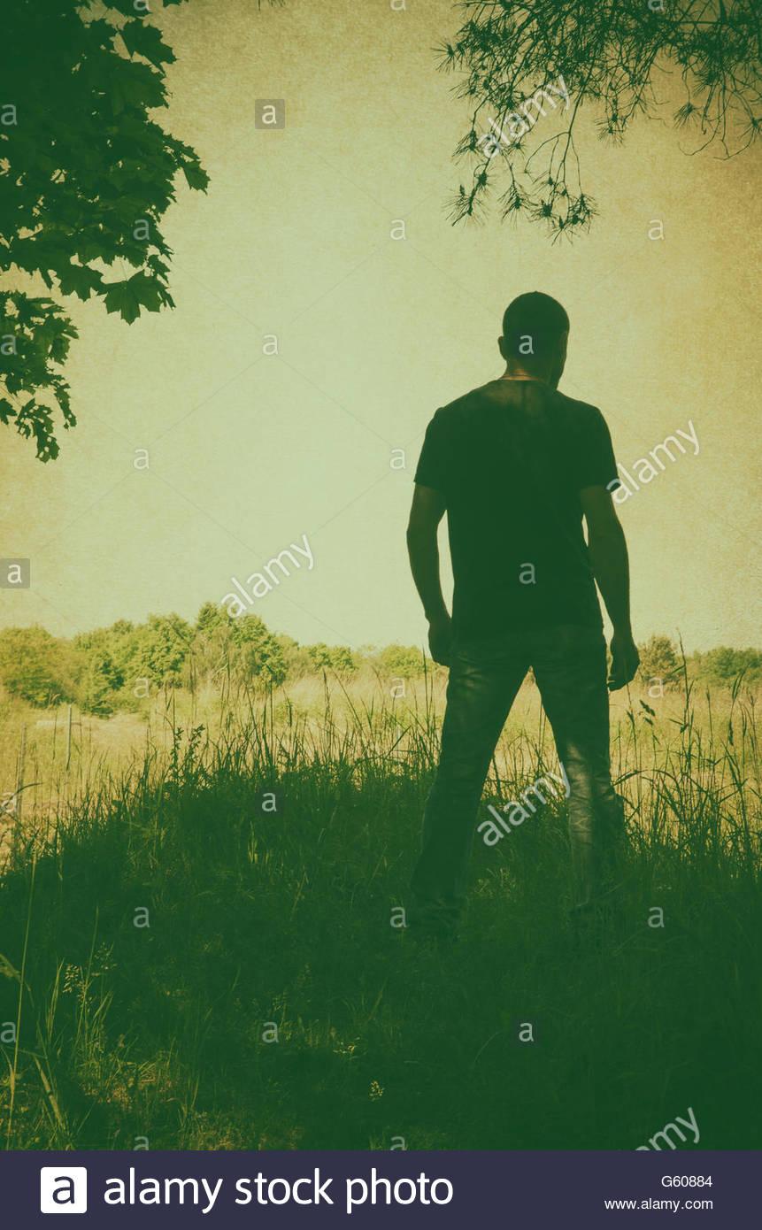 Misteriosa figura masculina em moorland Imagens de Stock