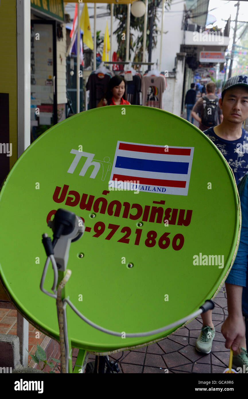 Uma televisão por satélite em um mercado na cidade de Bangkok na Tailândia em Southeastasia. Imagens de Stock