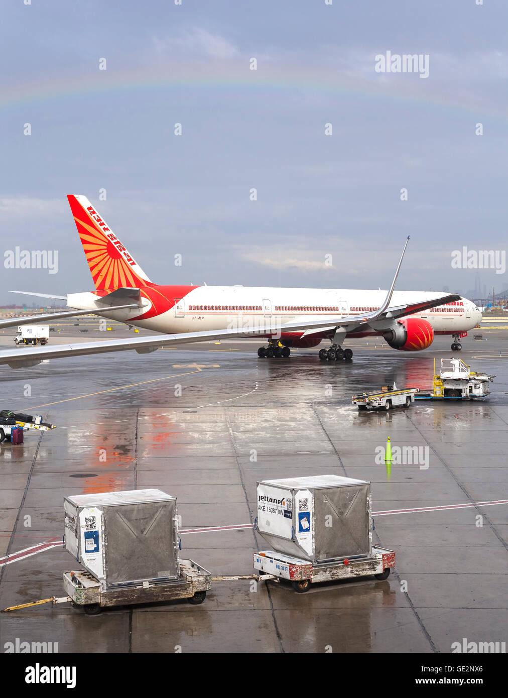 Aeroporto Ewr : Arco Íris sobre a air Índia avião no aeroporto internacional