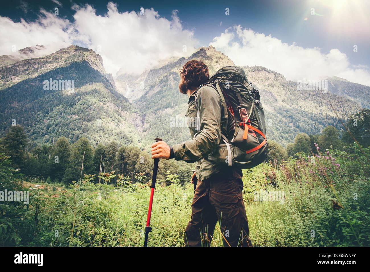 Homem explorer com mochila caminhadas viagem estilo conceito belas montanhas paisagem de fundo férias de aventura Foto de Stock