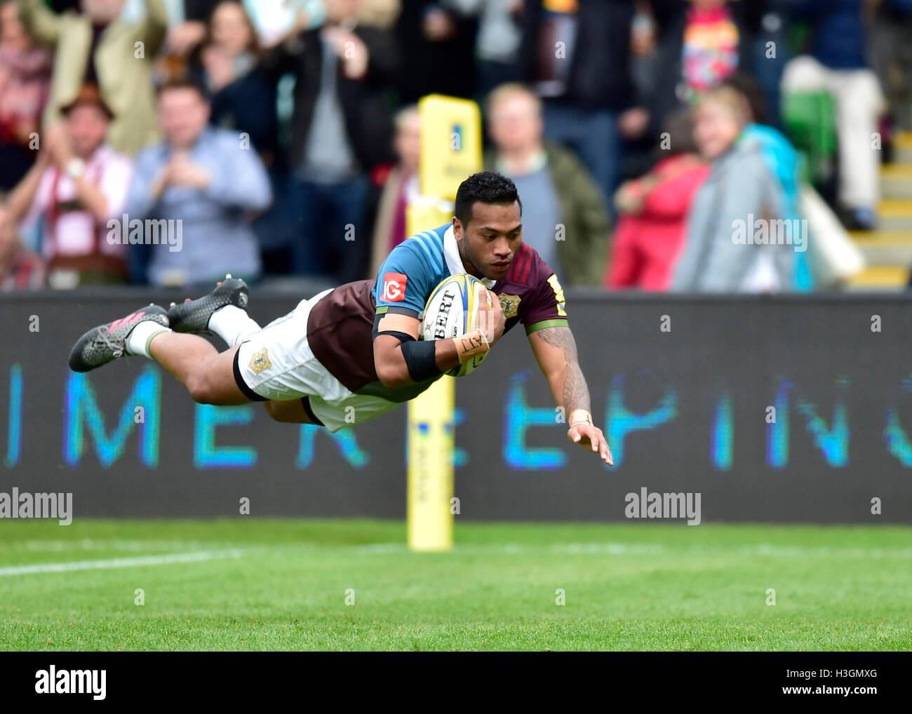 Londres, Reino Unido. 8 de Outubro, 2016. Alofa Alofa do Harlequins marcou um tente durante Aviva Premiership Rugby Imagens de Stock