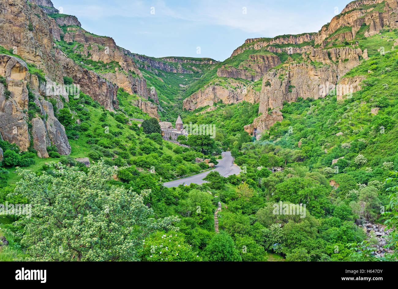 O Mosteiro de Geghard localizado no verde exuberante Rio Azat Gorge, Kotayk província, a Arménia. Imagens de Stock