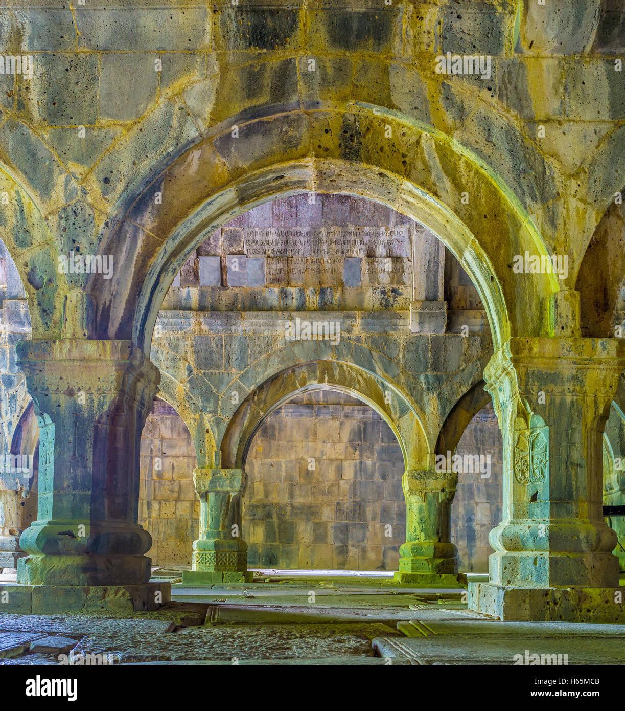 O salão de orações do Mosteiro de Sanahin com colunas e arcos de pedra, Arménia Sanahin Imagens de Stock
