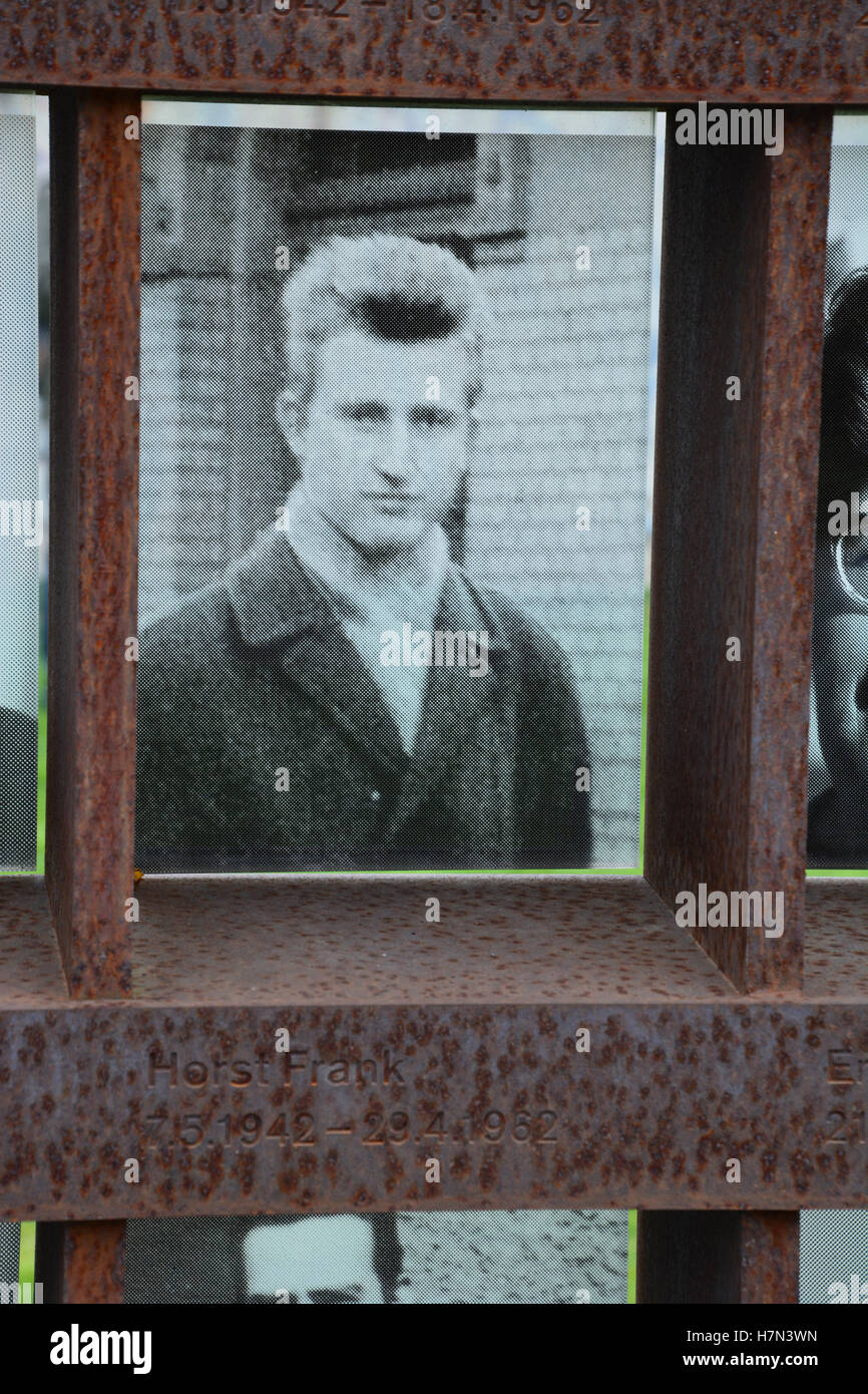 Um memorial localizado na Bernauer Strasse mostra o rosto de Horst Frank, mortos no muro de Berlim em 29 de AbrilFoto de Stock