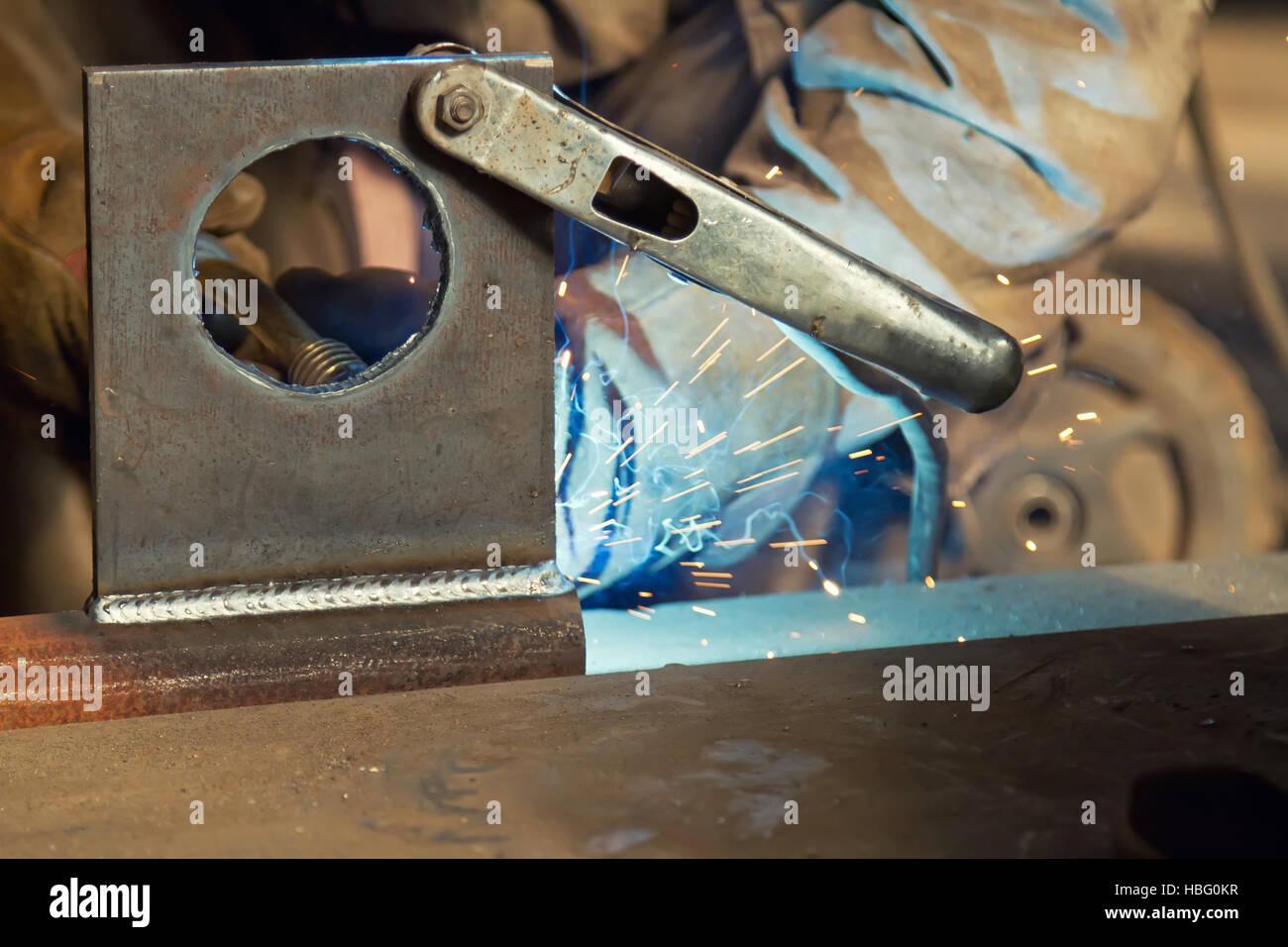 A fabricação usando de soldadura semiautomático Imagens de Stock
