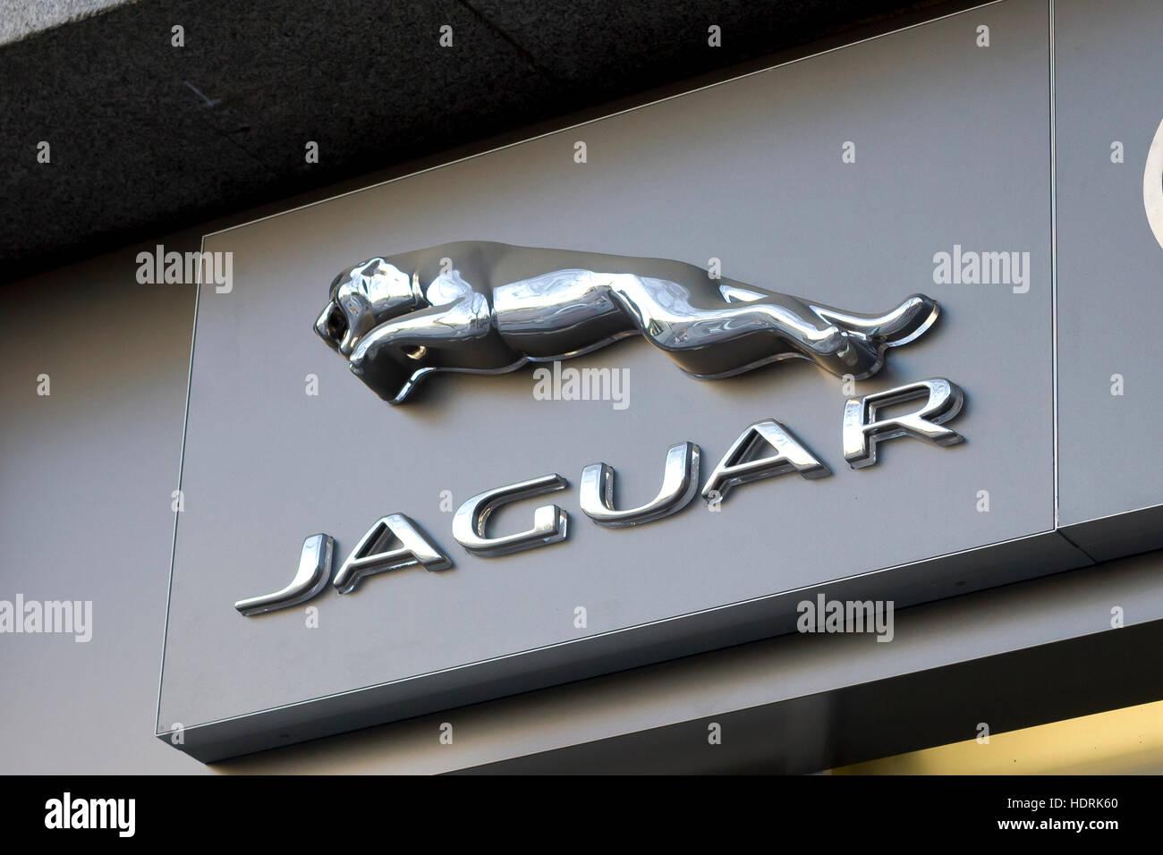 Lovely Logotipo Do Famoso Carro Da Jaguar Car Maker Da Concessionária De Carros Em  Madrid.