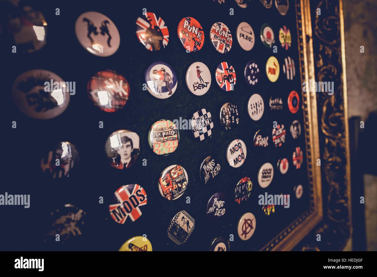 Old 1908's emblemas e botões na venda nas zonas costeiras Vintage, retro e loja de vestuário vintage, Imagens de Stock