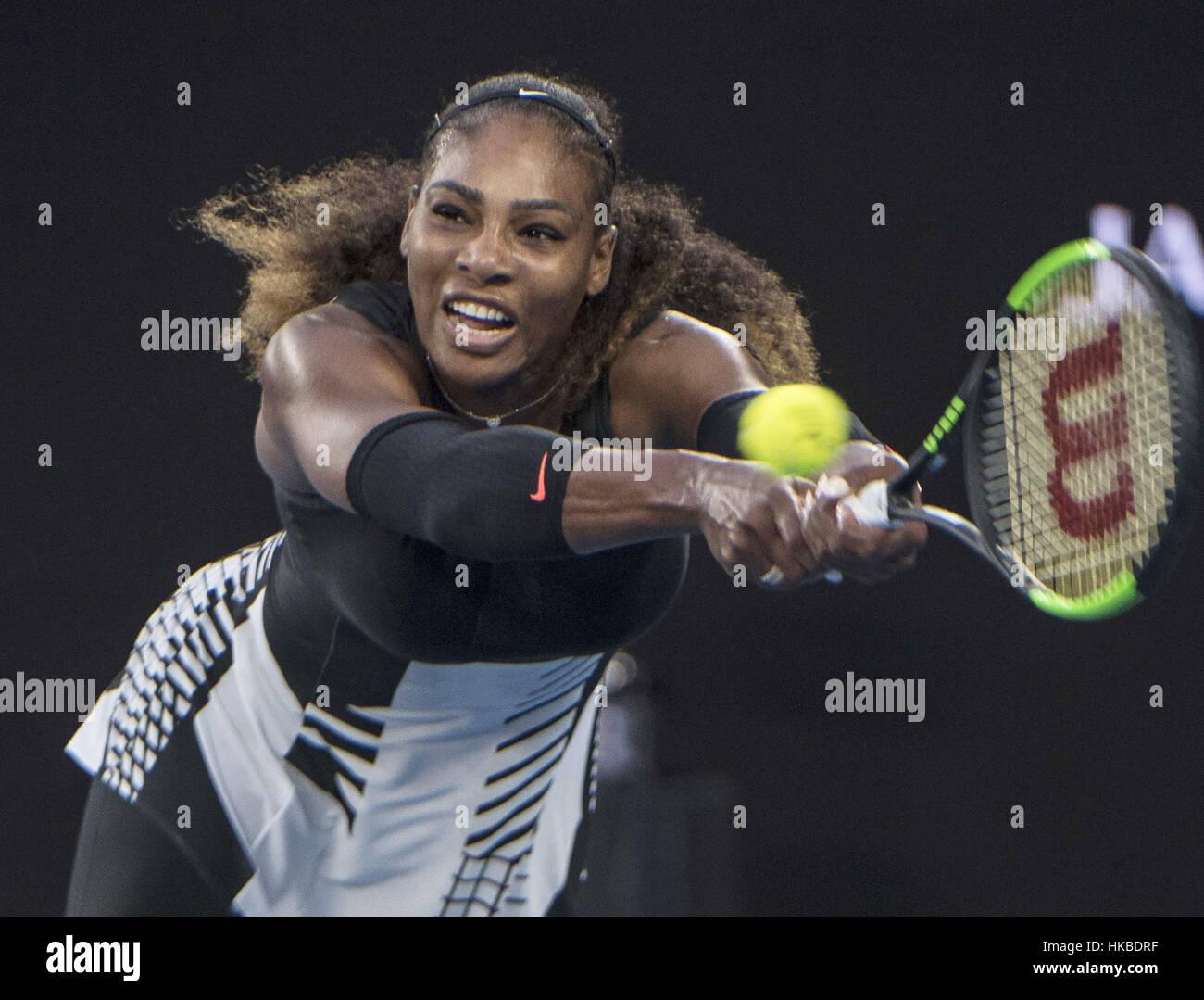 Melbourne, Austrália. 28 Jan, 2017. Estados Unidos' Serena Williams retorna a bola durante o jogo final Imagens de Stock