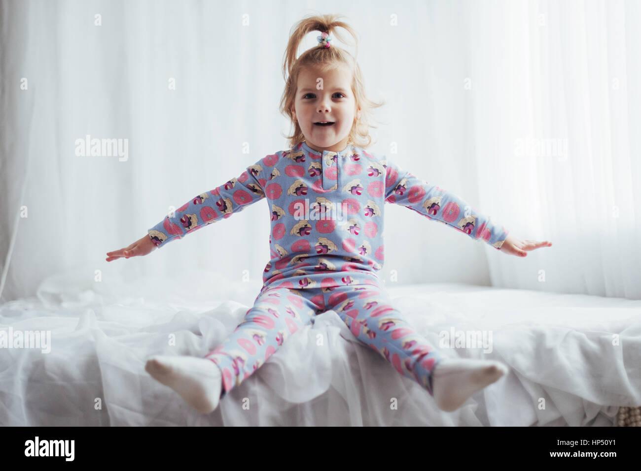 Criança em pijama Imagens de Stock