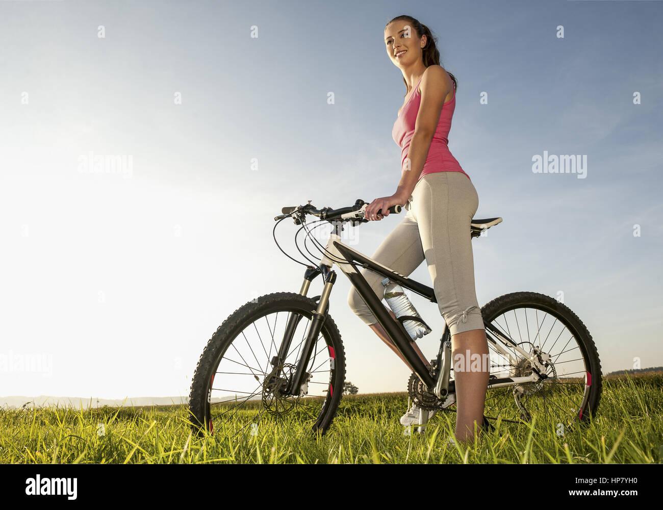 Junge Frau mit Fahrrad (modelo-liberado) Imagens de Stock