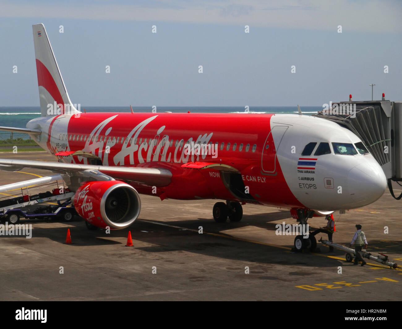 Aeroporto Bali : Air asia airbus avião no aeroporto internacional ngurah rai dps