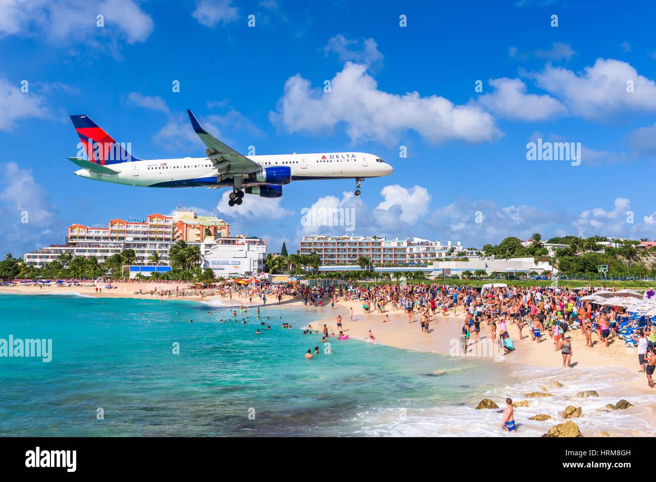 PHILIPSBURG, Sint Maarten - Dezembro 28, 2016: um jato comercial de abordagens Princess Juliana airport acima panorâmica Imagens de Stock