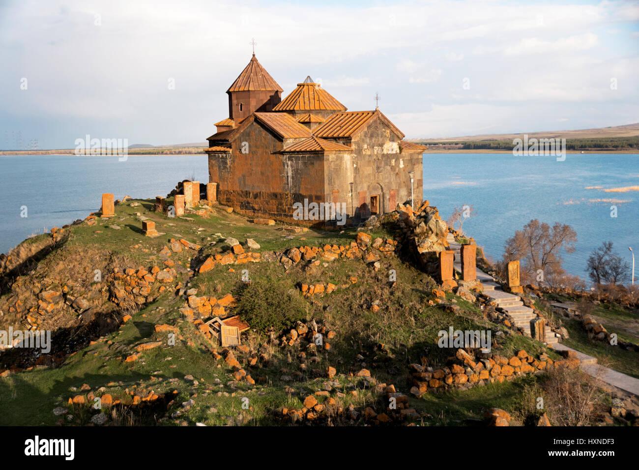 Hayravank mosteiro na margem do Lago Sevan na Arménia. Imagens de Stock