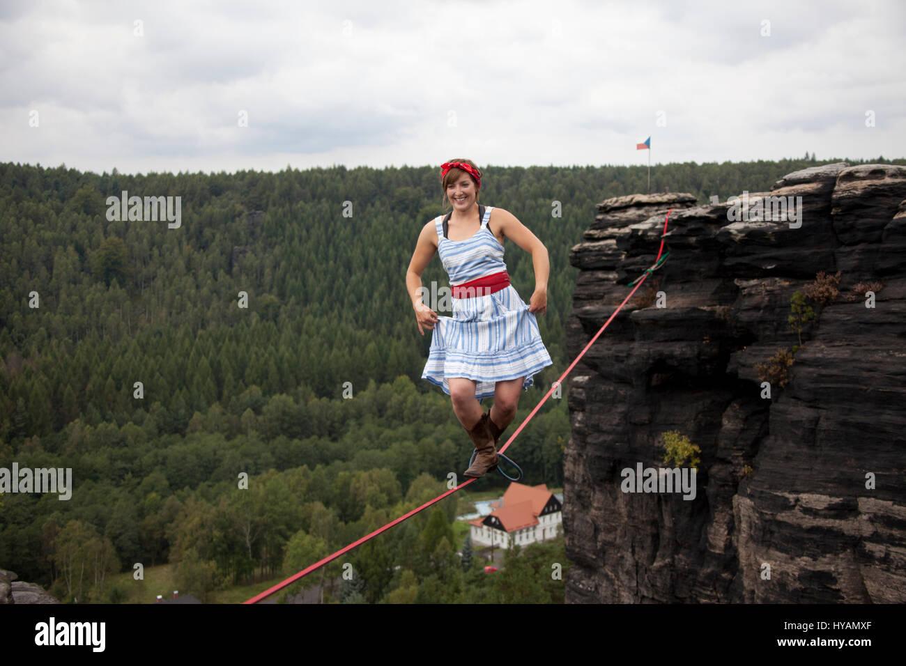 OSTROV, REPÚBLICA CHECA: uma fêmea slackliner mostra off ...