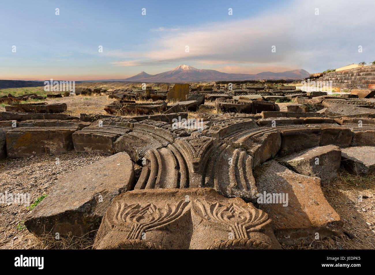 Ruínas do Templo de arqueológico Zvartnots com Mt Ararat no fundo, a Arménia. Imagens de Stock