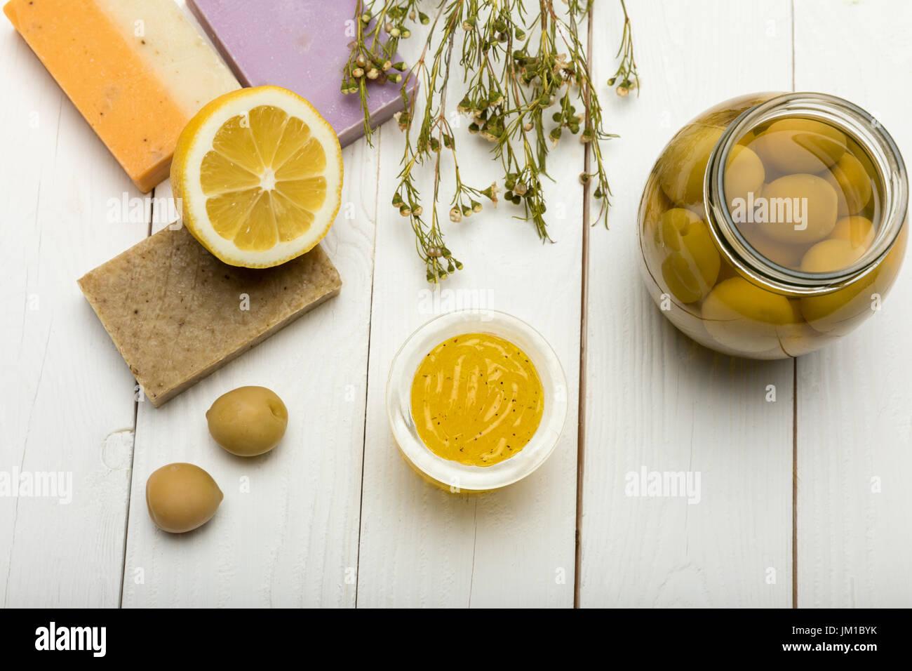 Vista Superior Do Sabão Caseiro Com Limão E Azeitonas De Mesa De