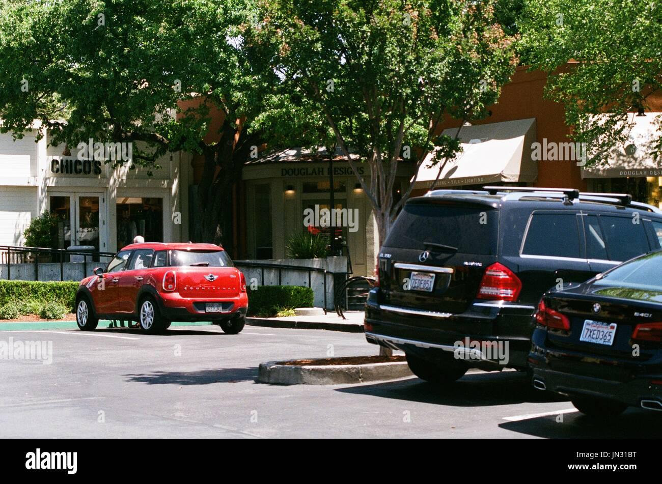 Veículos De Luxo, Incluindo Um SUV Mercedes Benz E BMW Sedan, São Vistos  Estacionado Em Um Shopping Center Na Afluente Subúrbio De San Francisco Bay  Area De ...