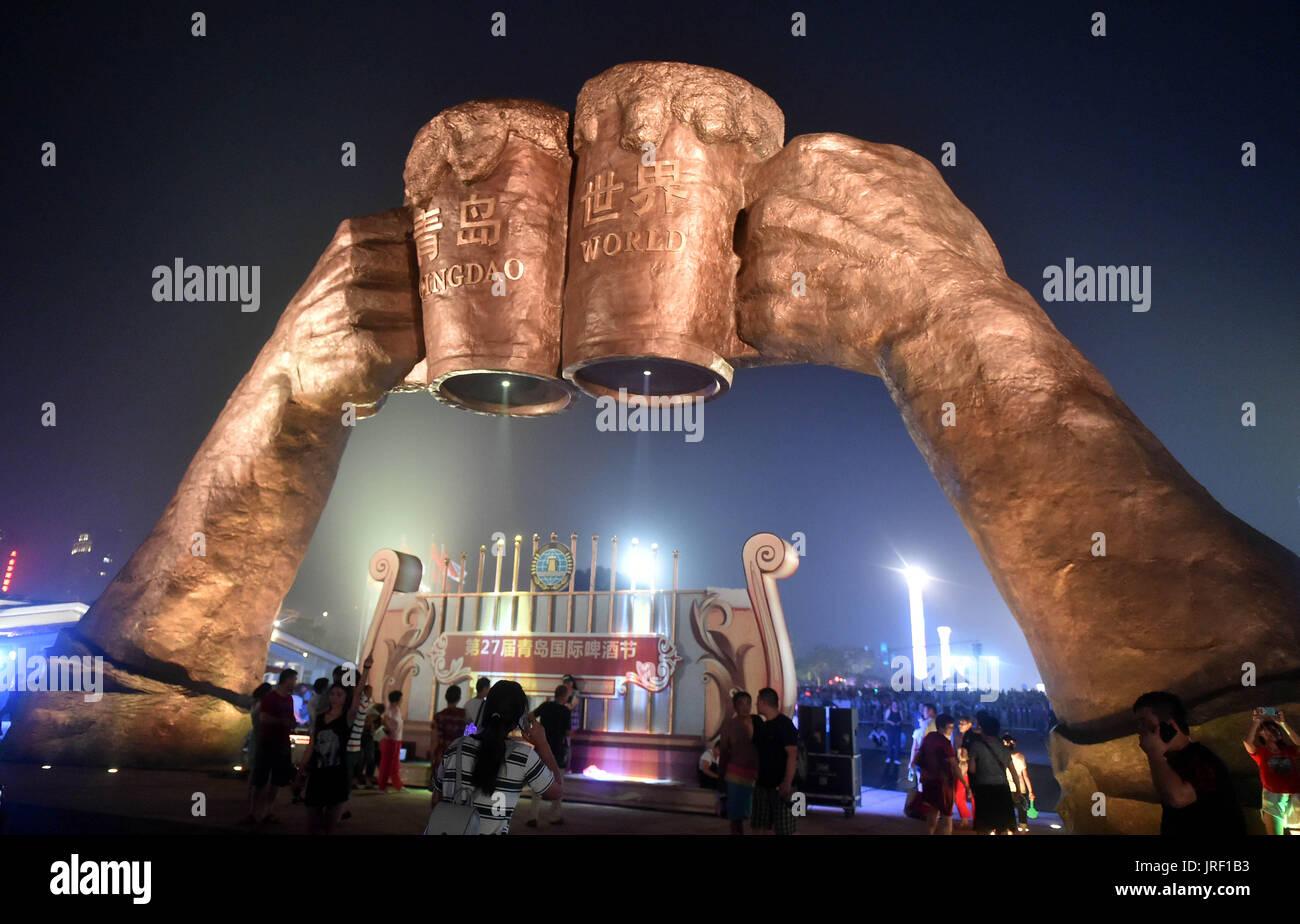 Qingdao. 5 Ago de 2017. Pessoas participam do Festival de Cerveja Internacional de Qingdao em Qingdao, East China Província de Shandong, 4 ago.. 2017. A vigésima sétima Qingdao Festival de Cerveja Internacional arrancou aqui na sexta-feira. Mais de 40 top marcas internacionais trazendo mais de duzentos diferentes cervejas tomou parte no festival. Crédito: Zhu Zheng/Xinhua/Alamy Notícias ao vivo Imagens de Stock