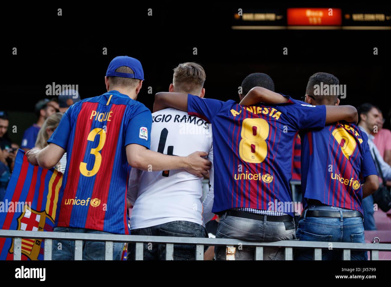 O Estádio Camp Nou, Barcelona, Espanha. 13 de Agosto, 2017. Super Copa da Espanha entre FC Barcelona e Real Madrid. Os fãs apenas antes do jogo. Crédito: David Ramírez/Alamy Notícias ao vivo Imagens de Stock