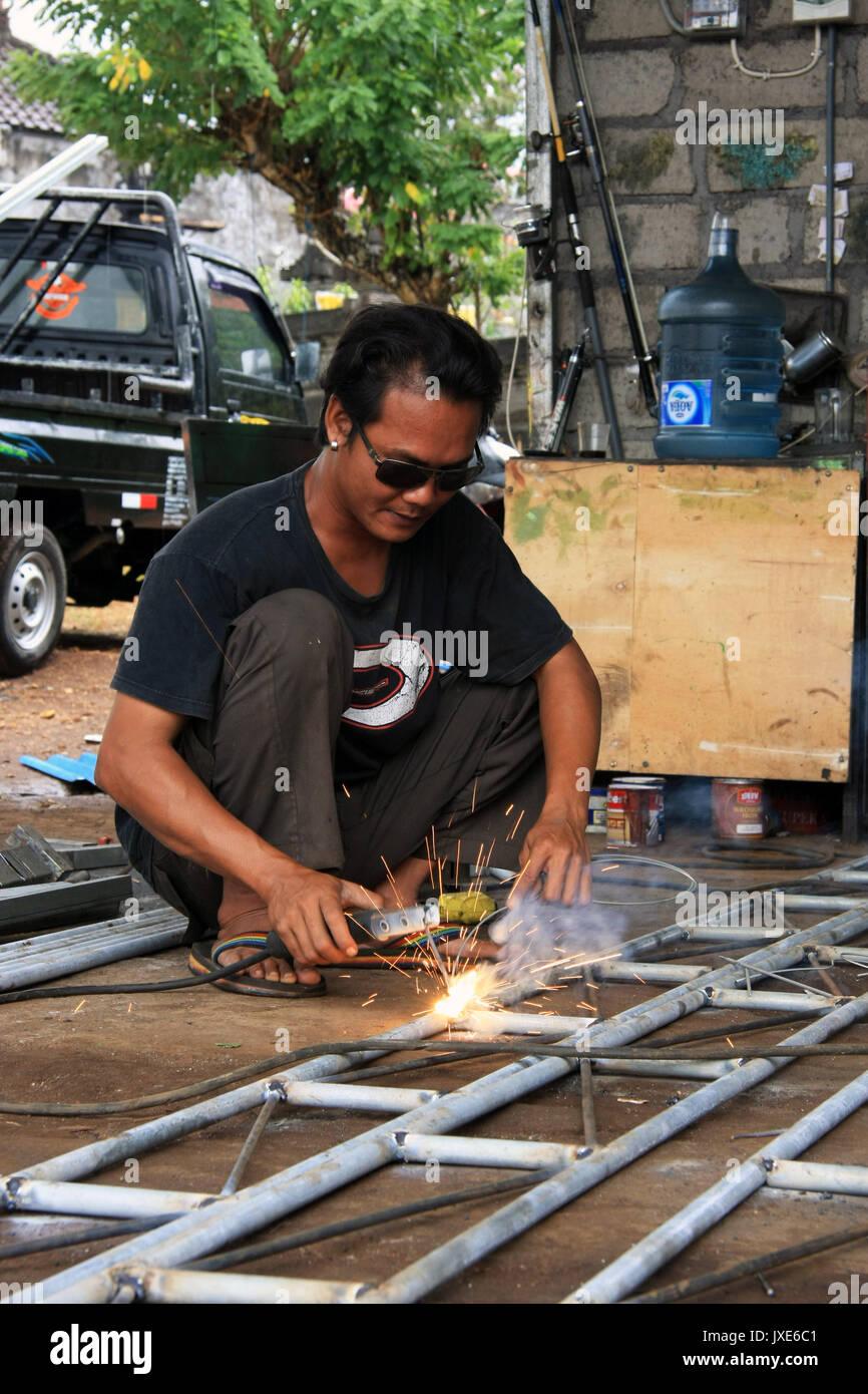 Kuta/Bali - 13 de Setembro de 2016: masculino soldador/psq soldagem chapa na oficina Imagens de Stock