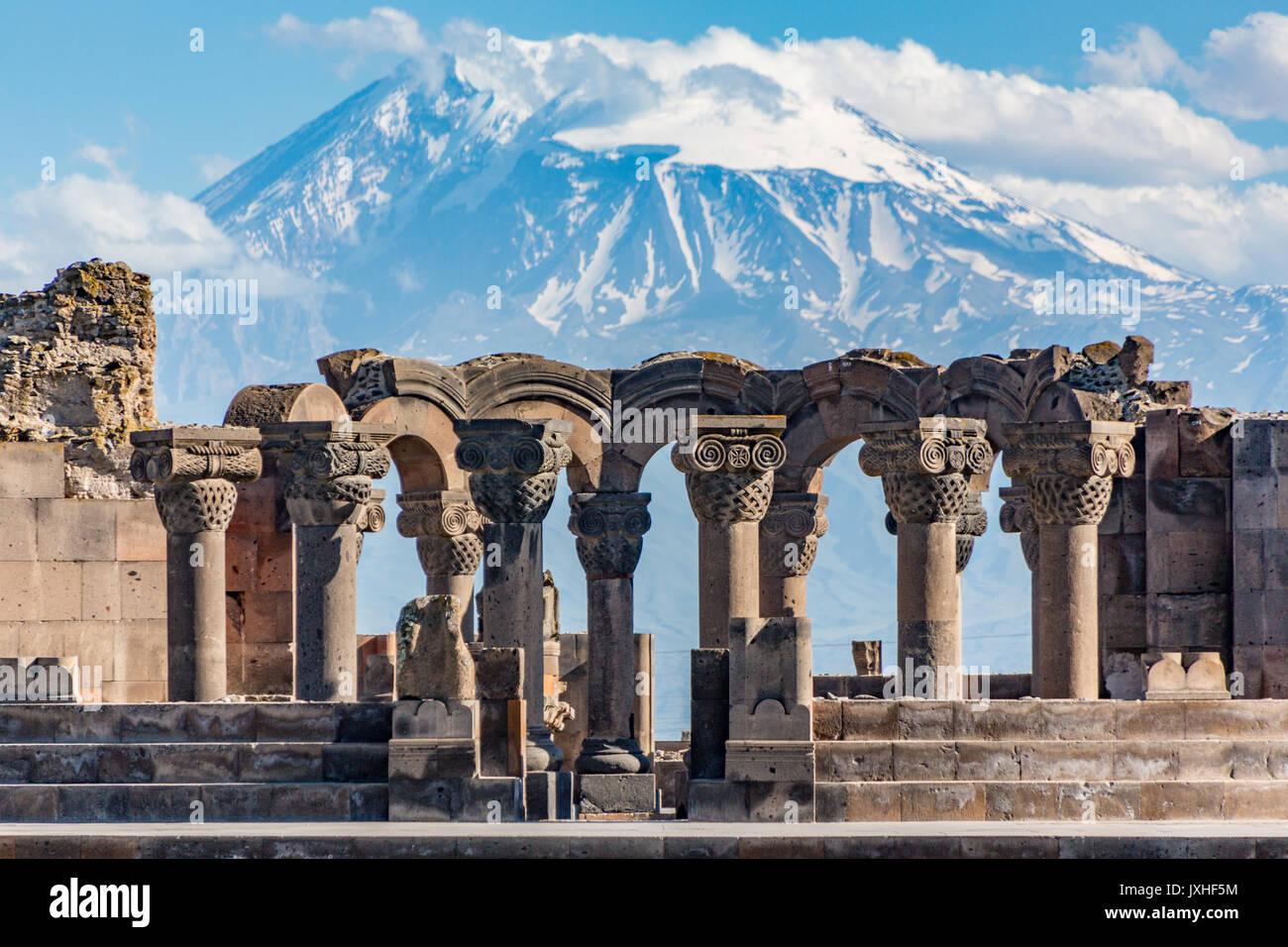 Ruínas do templo Zvartnos em Yerevan, Arménia, com Mt Ararat em segundo plano Imagens de Stock