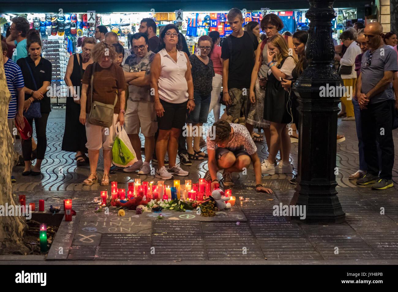Barcelona, Espanha. 19 ago, 2017. Em 19 de Agosto de 2017 a cidade de Barcelona sofreu o ataque terrorista ISIS, com um total de 13 mortos e centenas de feridos. A cidade era um exemplo de generosidade para com as vítimas e de fraternidade com o povo muçulmano. Barcelona exclamações de todo o mundo: não temos medo! Crédito: Miguel Galmés/Alamy Notícias ao vivo Imagens de Stock