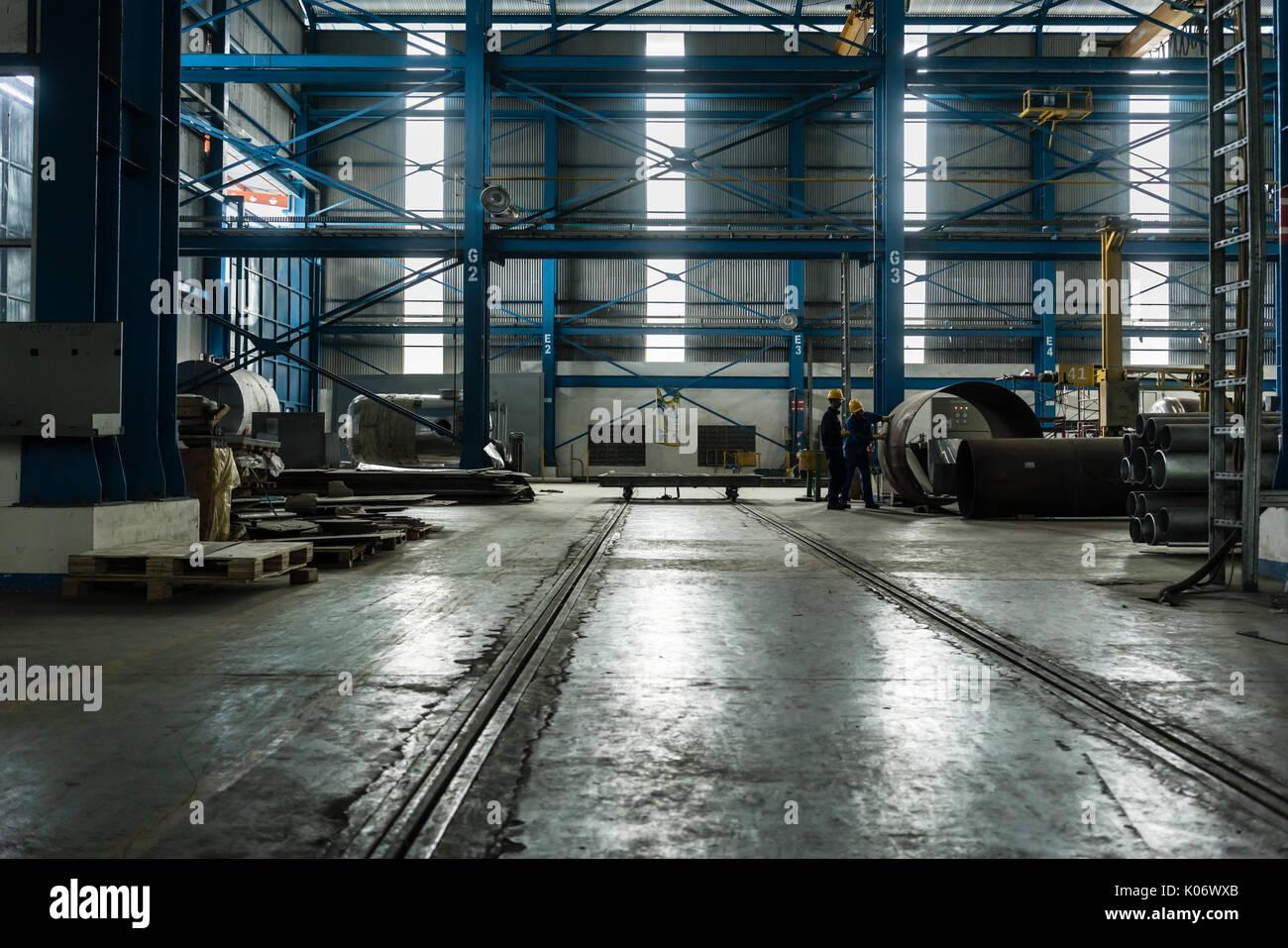 Processo de fabricação de planejamento de dois trabalhadores Imagens de Stock