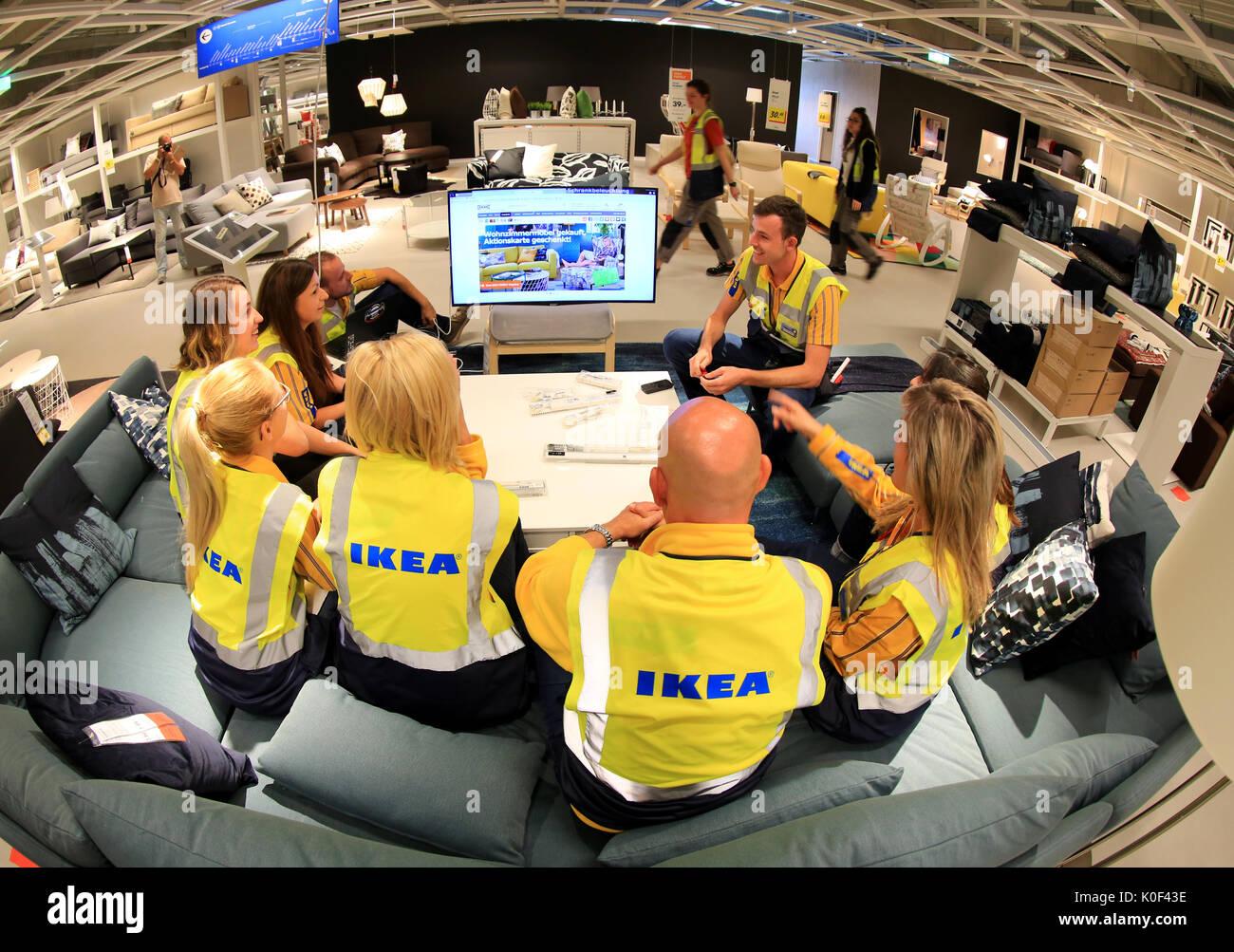 A IKEA Aprendiz Johannes Muller (acima Direita) Informação Novos  Funcionários No Departamento De Imagens