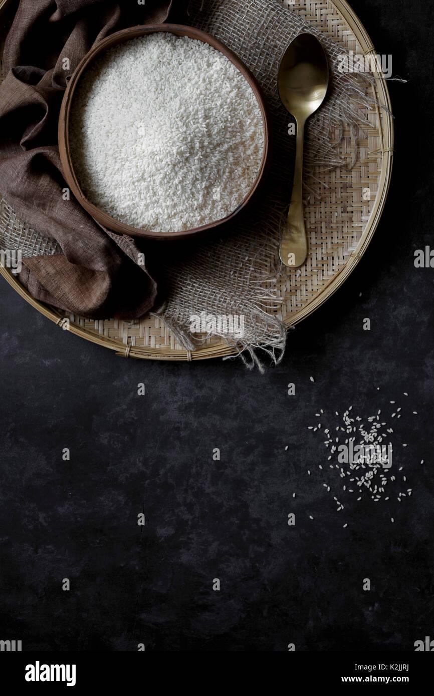 Arroz de grão curto indiano em um plano de fundo preto Imagens de Stock
