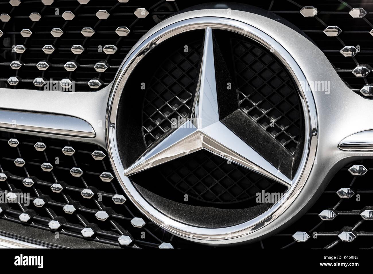 Indianápolis   Cerca De Agosto 2017: Mercedes Benz Logotipo. A Mercedes Benz  é Um Fabricante Automóvel Global E Uma Divisão Da Daimler AG IV