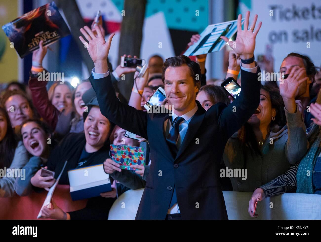 """Toronto, Canadá. 9 set, 2017. ator bento cumberbatch (frente) coloca para fotos com os fãs como ele atende a estreia mundial do filme """"A actual guerra"""" na Princess of Wales Theatre durante o festival internacional de Cinema de Toronto 2017 em Toronto, Canadá, sept. 9, 2017. crédito: zou zheng/xinhua/alamy notícias ao vivo Imagens de Stock"""