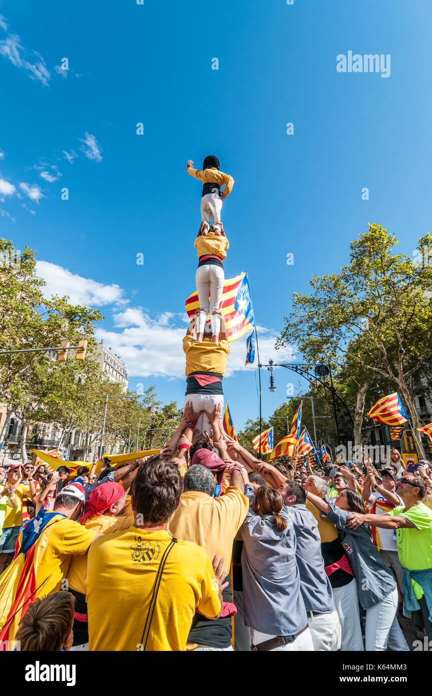 Barcelona, Espanha. Xi sep, 2017. milhares de pro-independência de bandeiras amarelas (estelades) encher as ruas de Barcelona. pessoas fazendo uma torre humana (castell), Dia Nacional da Catalunha. crédito: lophius/alamy notícias ao vivo Imagens de Stock