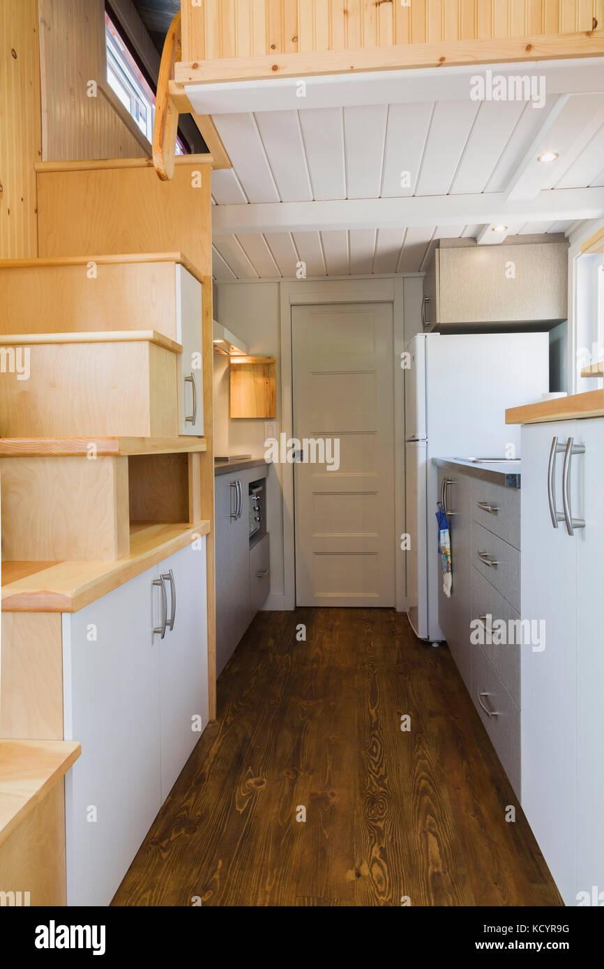 o pinewood escadas de acesso ao piso superior quarto cozinha e casa de banho porta no fundo. Black Bedroom Furniture Sets. Home Design Ideas