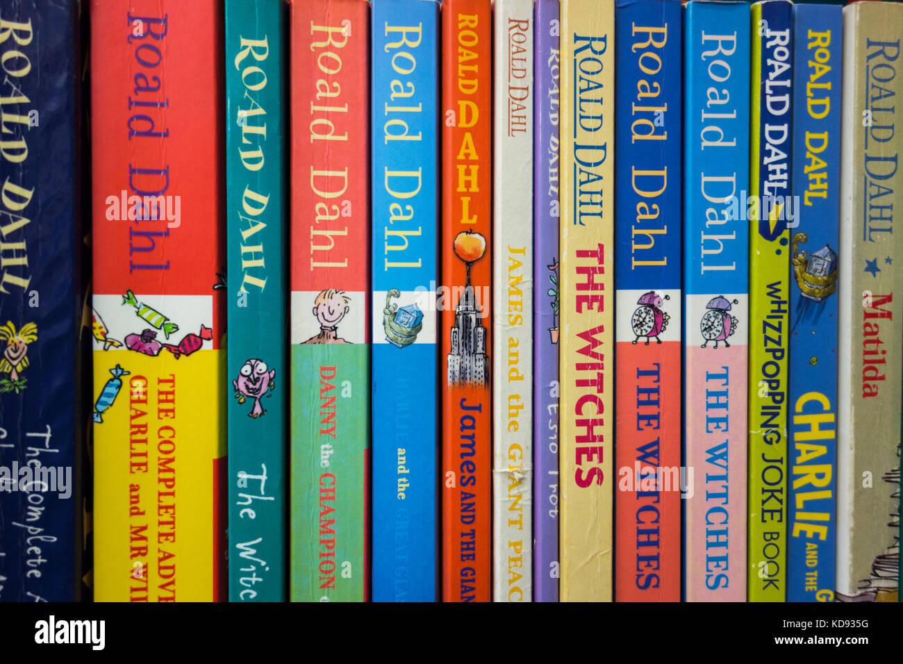 Roald dahl book fotos roald dahl book imagens de stock alamy uma estante espinhos livro de roald dahl imagens de stock fandeluxe Choice Image