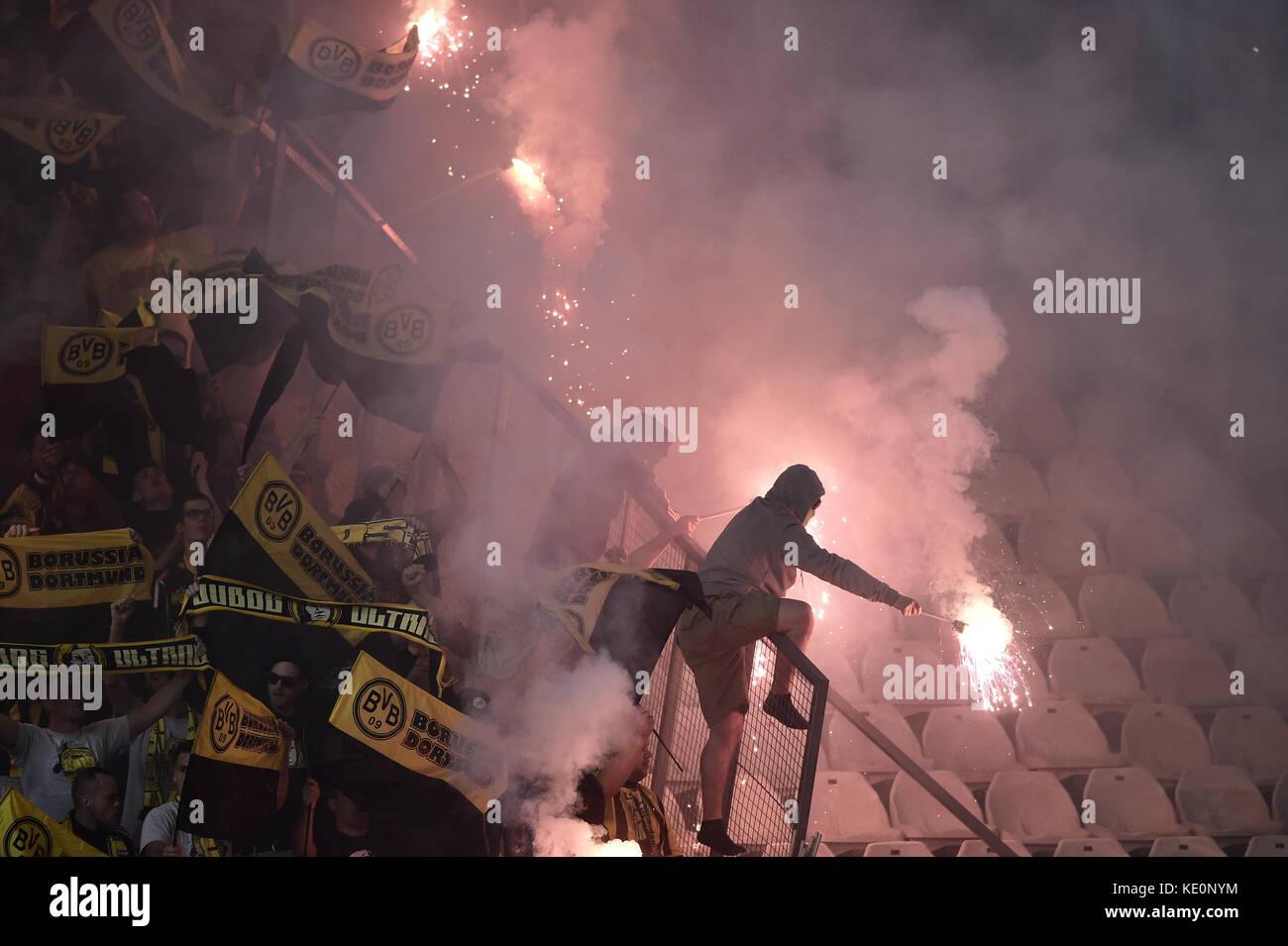 Nicósia, Chipre. 17 Oct, 2017. dortmund fãs fogos de artifício de luz nos stands durante as fases Imagens de Stock