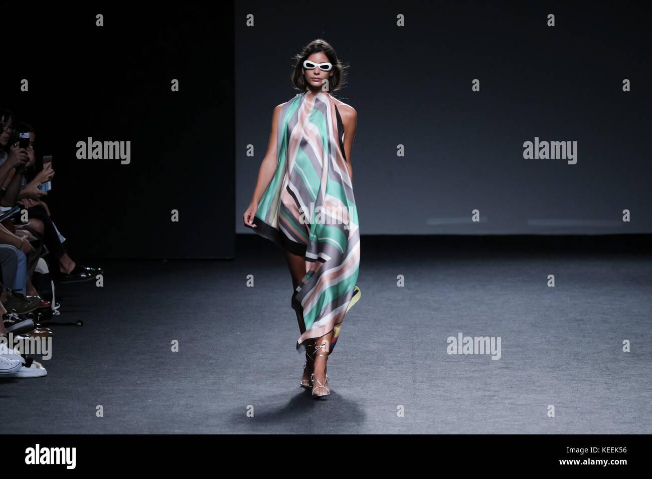Um Modelo Na Passarela No Celia Valverde Mostrar Durante A Mercedes Benz  Fashion Week Primavera