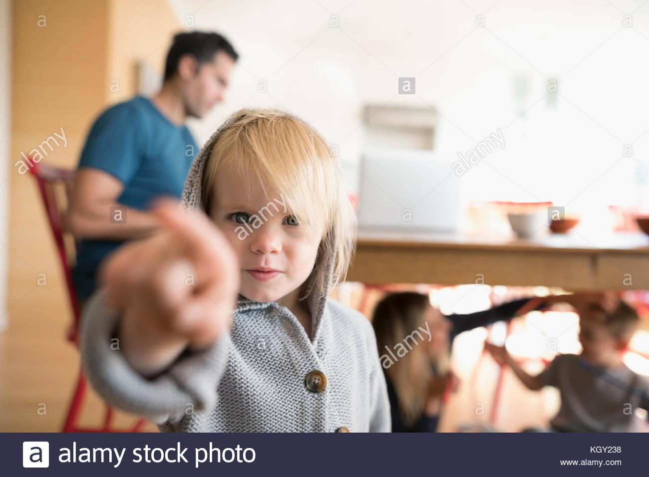Retrato menina loira sério toddler apontando Imagens de Stock