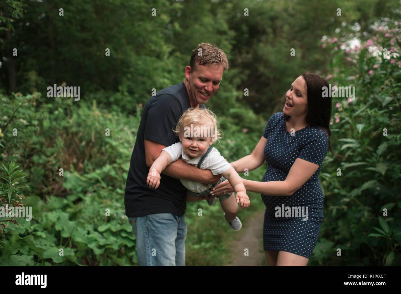 Casal grávida balançando toddler filho no caminho Imagens de Stock