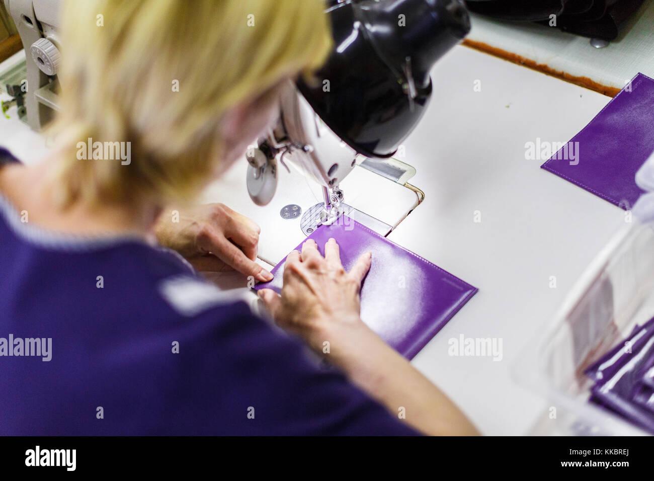 Mulher costura uma bolsa Imagens de Stock