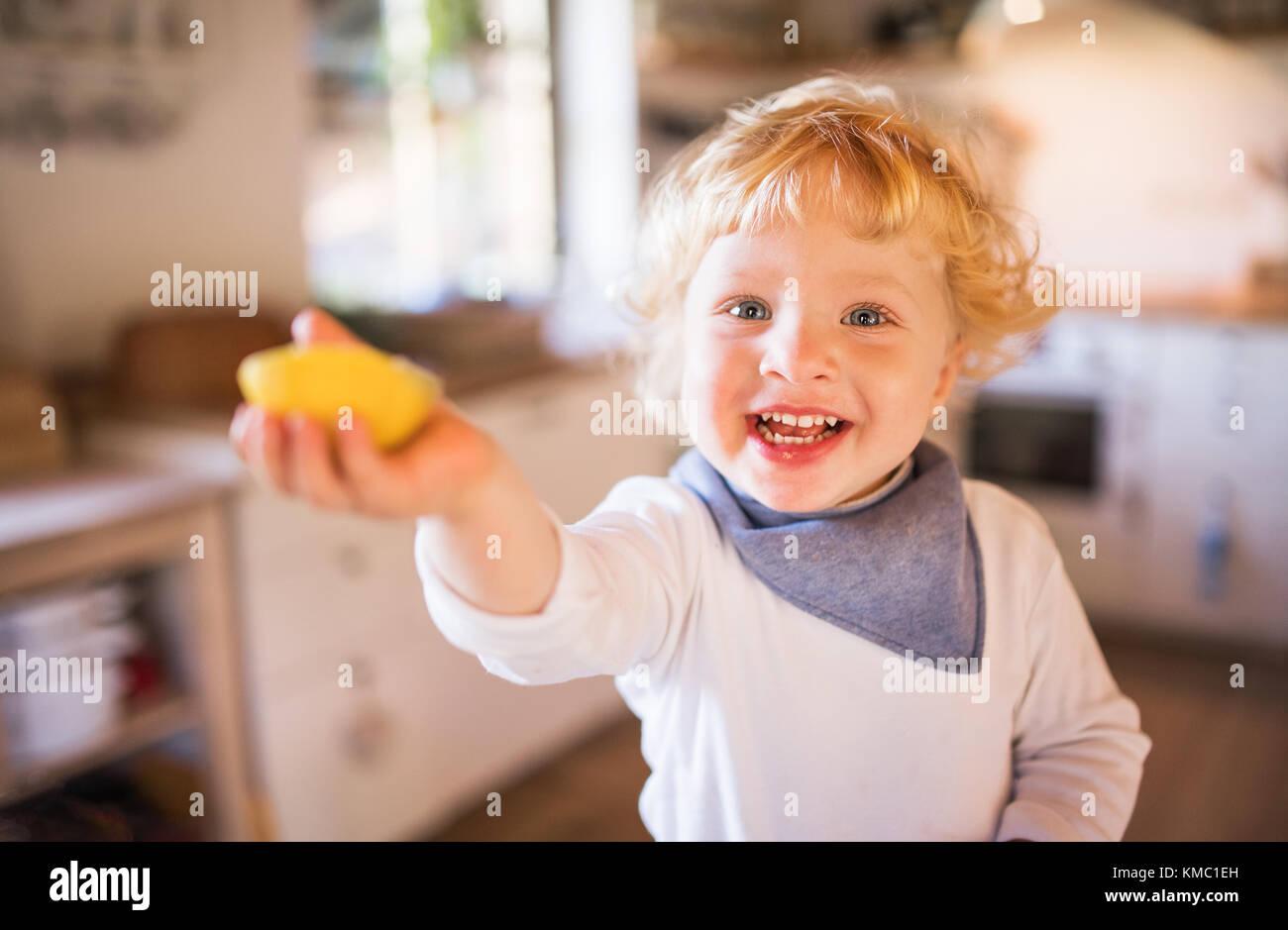 Menino criança na cozinha. Imagens de Stock