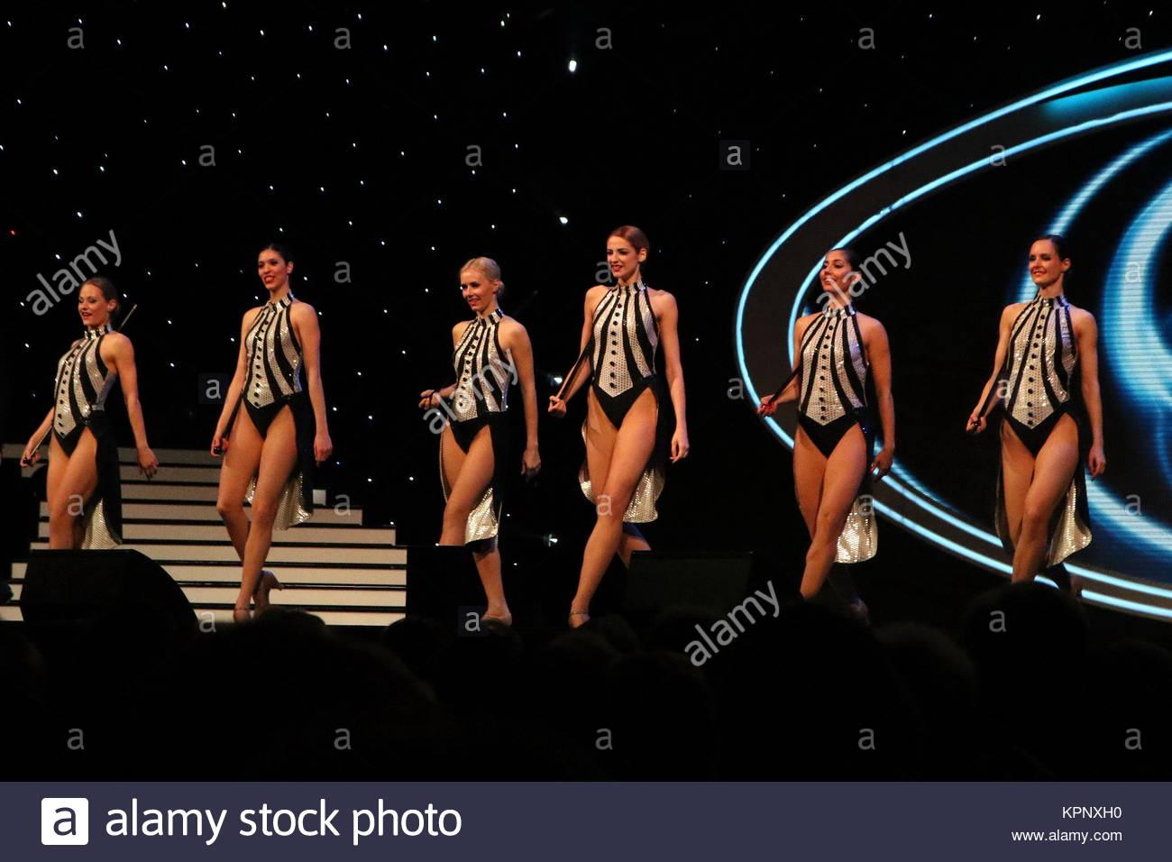 Fernseh-Ballett des Tänzerinnen Deutsches bei Willkommen bei Carmen Nebel FREIBURG - 11.04.2016 Imagens de Stock
