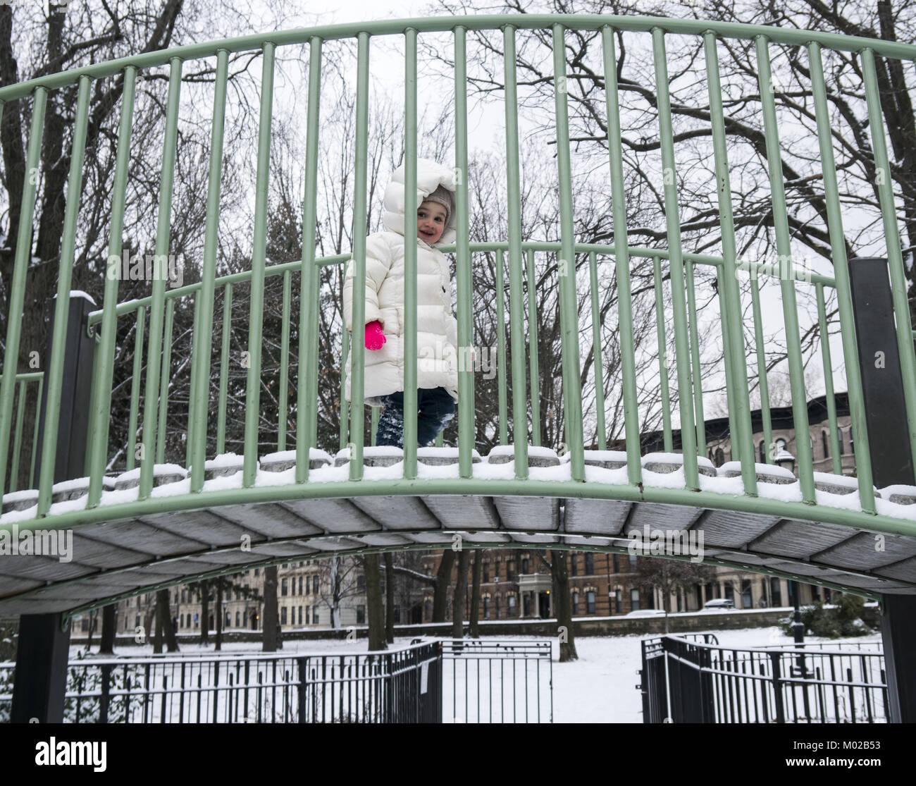 Pequena menina na selva ginásio ponte na Rua 11 Parque Infantil em Prospect Park, Brooklyn, NY. Imagens de Stock