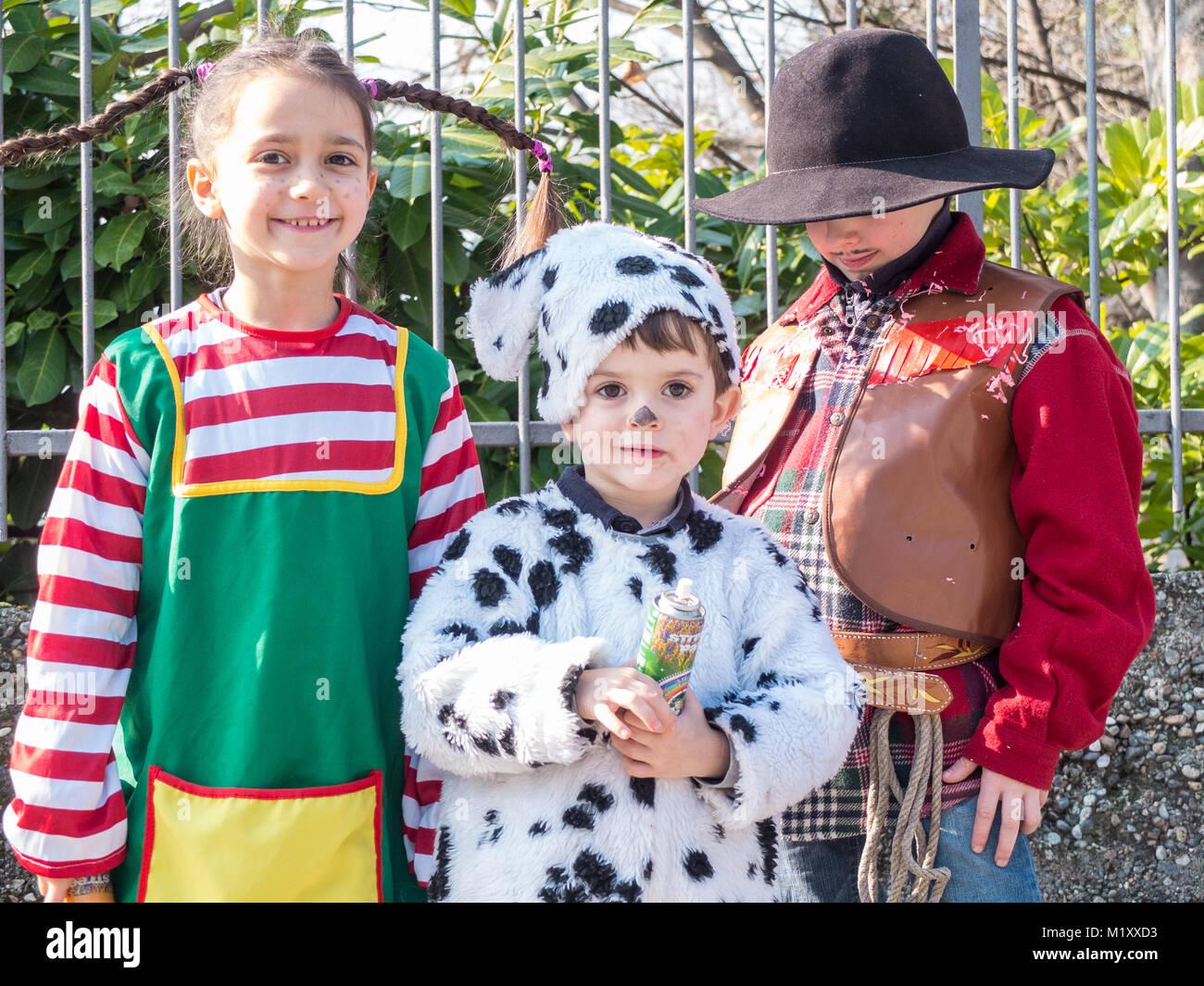 Crianças vestidas com fantasias de carnaval no exterior para celebrar masquerade Imagens de Stock