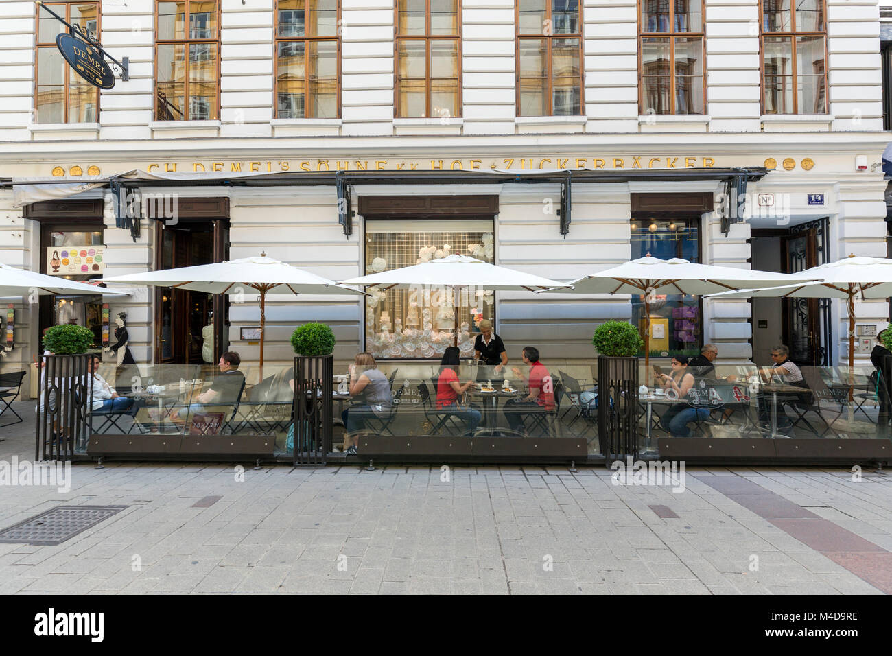Pessoas solteiras e casais desfrutar de café e bolos em um pátio ao ar livre de um café em Viena, Imagens de Stock